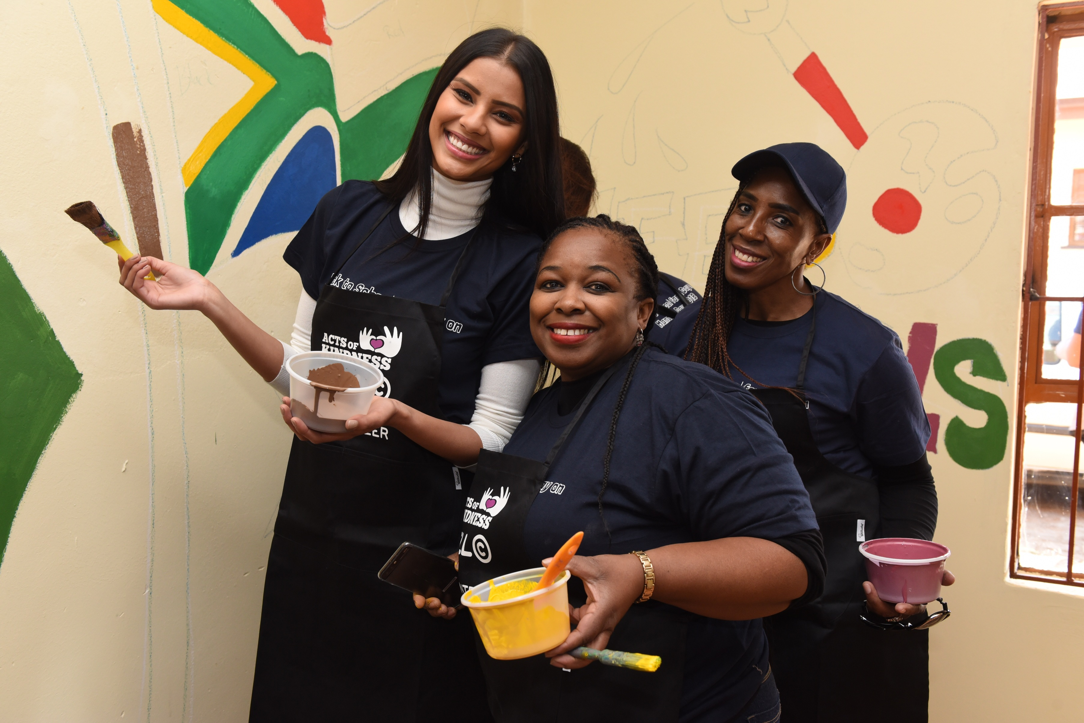 Miss_South_Africa_and_Cell_C_employee_volunteers_Octavia_Morapeli_and_Nthabiseng_Lehola